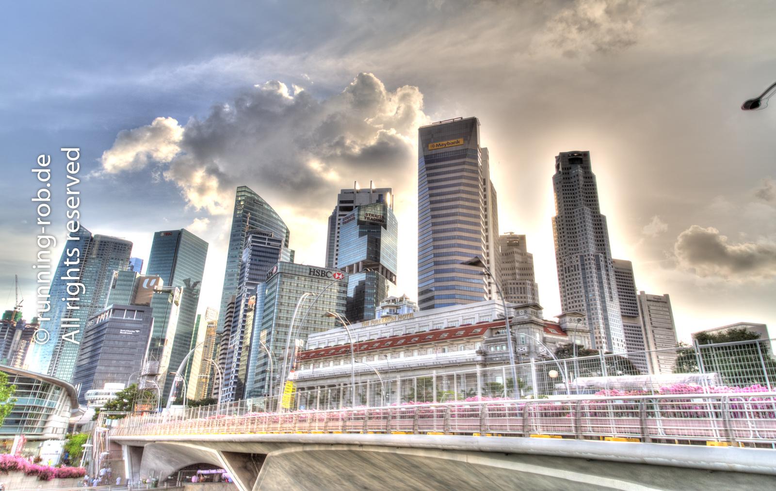 Singapurs Marina Bay Skyline mit den Bankentowern in HDR.