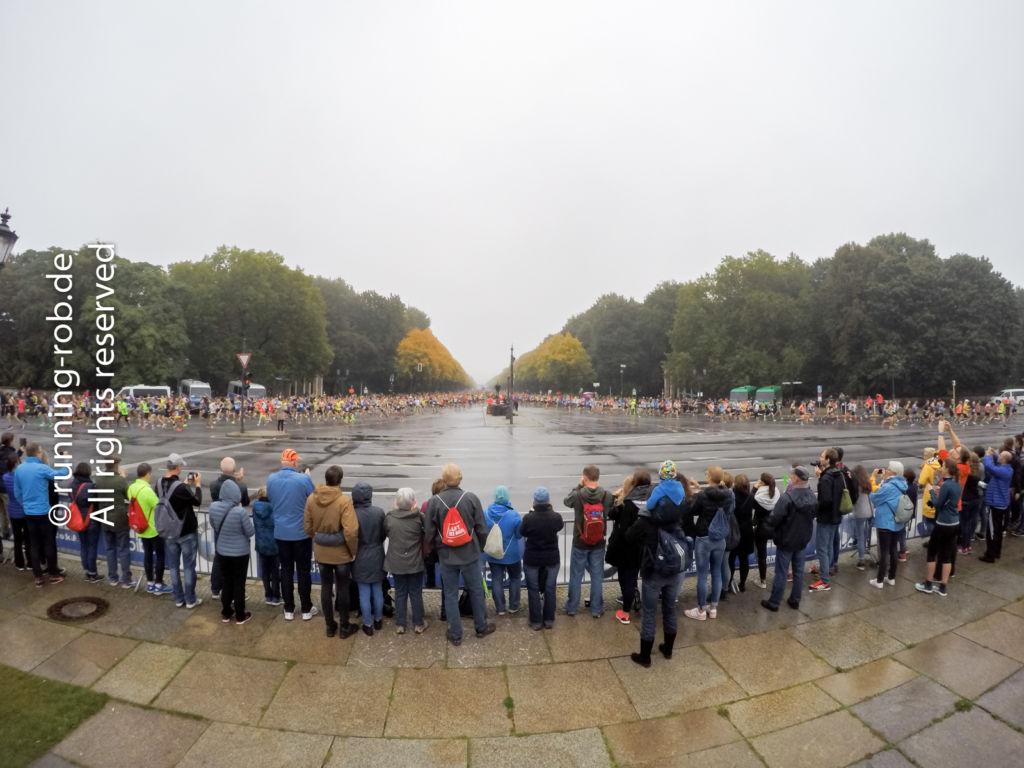An beiden Seiten der Siegessäule strömen tausende Läufer vorbei.