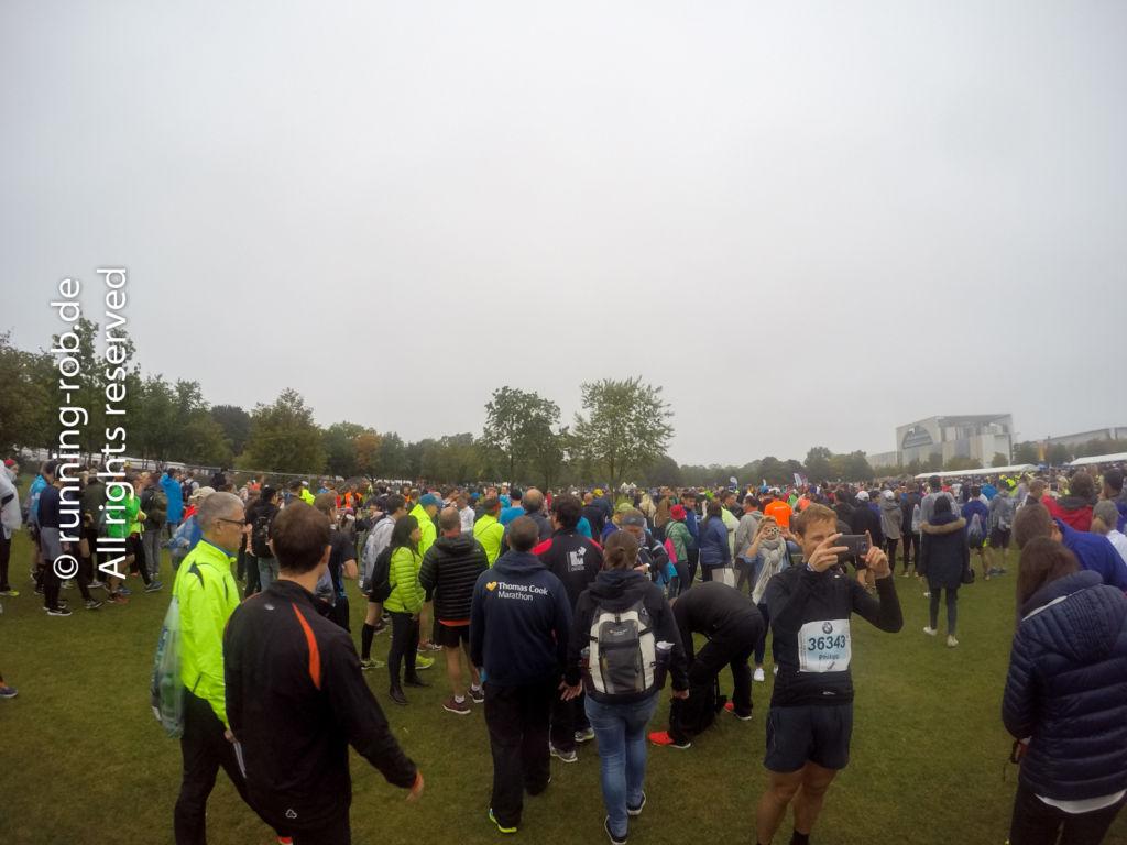 Morgens auf der Wiese vor dem Startbereich des Berlin-Marathon 2017