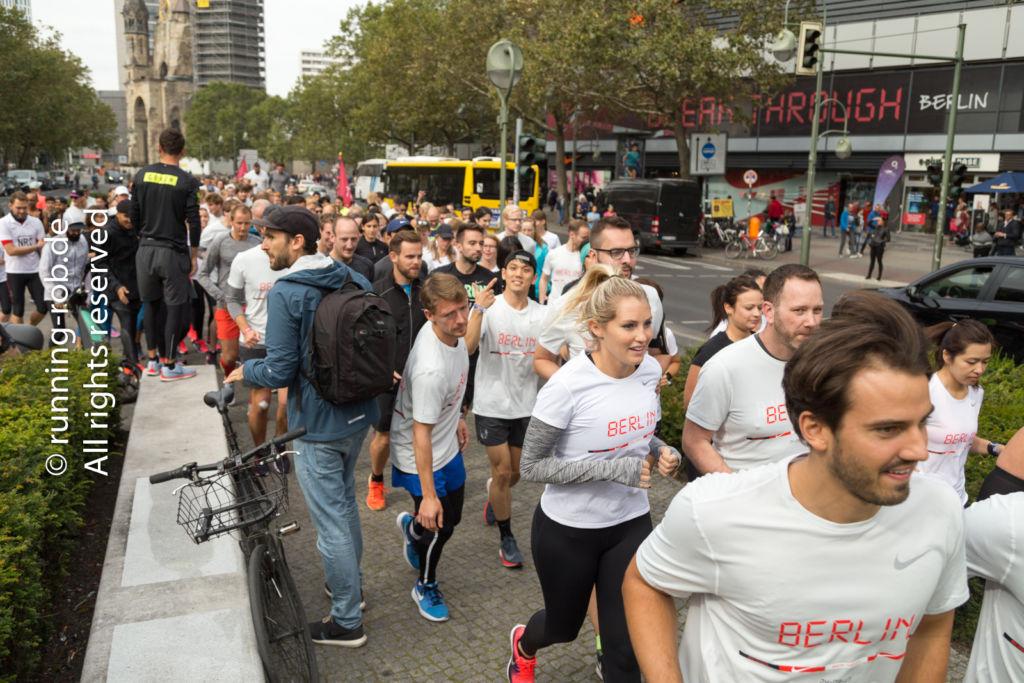 Ausgelassene Stimmung beim Nike ShakeOut Run vor dem Berlin-Marathon 2017