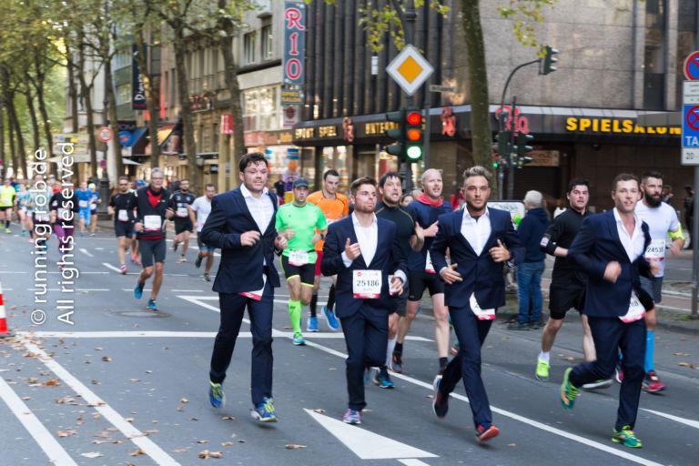 Köln Marathon 2017 - Läufer im Anzug
