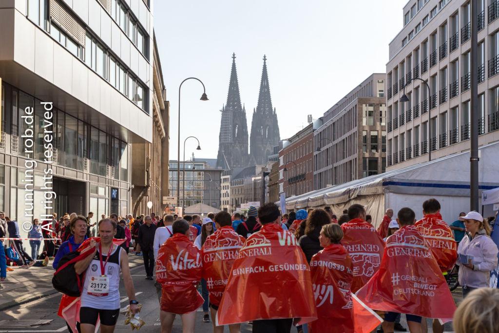 Köln Marathon 2017 - Zielbereich mit Kölner Dom im Hintergrund