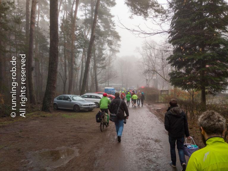 Auf dem Weg zum Start des Ultramarathon Rodgau 2018 war es bereits neblig feucht und etwas matschig.